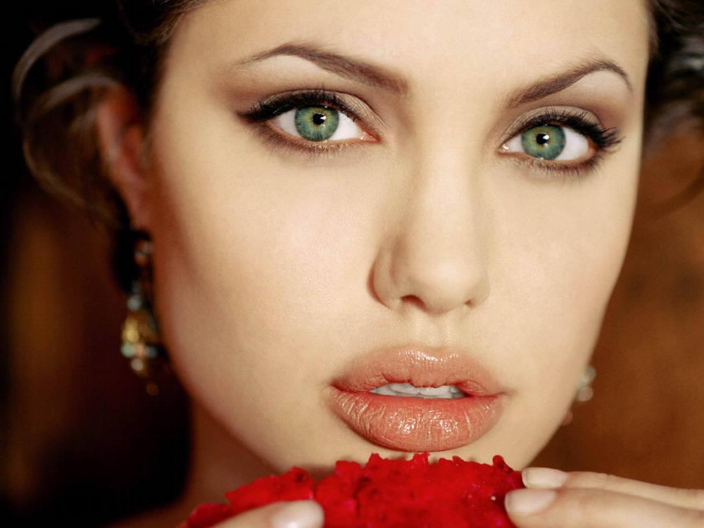 Ето как се постигат устни като на Джоли!